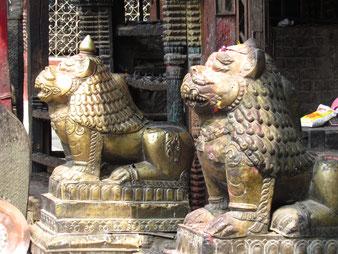 bewacht von goldenen Löwen