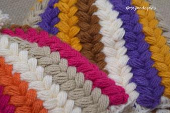 Gorros con trenzas de colores tejidos a crochet