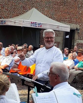 Thomas Lindt dirigiert den Städtischen Musikverein Erkelenz beim Serenadenkonzert am 30.06.2019 auf der Burg Erkelenz