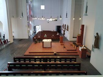 Blick von der Orgelempore auf den Altarraum
