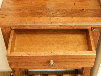 テーブル下部の引き出し(内寸W37D23H7.5cm)