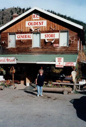Junge Dame am ältesten Geschäft der Gegend.