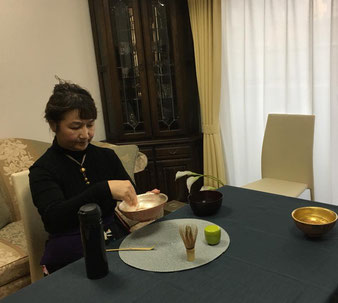 ニ服目、鶴のお茶碗。大さもいつもと違うので慣れないと難しいです。