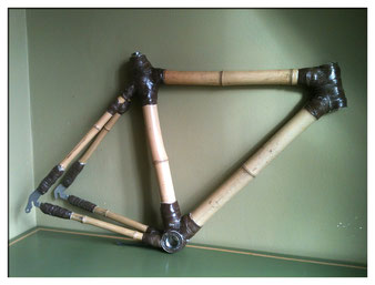 « Bamboo Bike Frame » par Neil Cummings — http://www.flickr.com/photos/23874985@N07/8527807186/in/photolist-dZzeYo-ei8vGY. Sous licence CC BY-SA 2.0 via Wikimedia Commons - https://commons.wikimedia.org/wiki/File:Bamboo_Bike_Frame.jpg#/media/File:Bamboo_B
