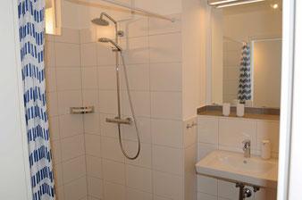 Ferienwohnung Bad: herrlich großer Spiegel, Fußbodenheizung und ebenerdige Dusche mit Regenschauerfunktion