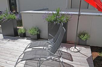 Fewo Sonnenterrasse mit Liegestühlen und Sonnenschirm