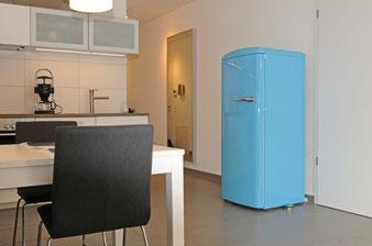 Ferienwohnung mit erfrischender Einrichtung wie der moderne Retrokühlschrank