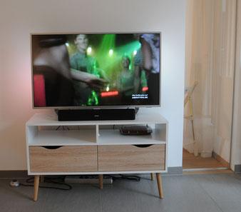 Ferienwohnung Wohnzimmer mit 4K Ultra HD Flachbildfernseher mit Bose SoundBar