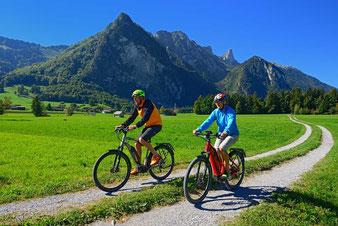 Mit dem E-Bike auf Tour im Thuner Westamt, Blick auf Eiger, Mönch und Jungfrau, Niesen
