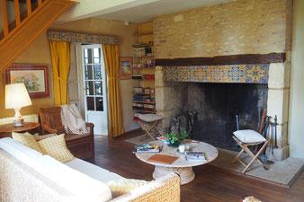 De lounge met open haard