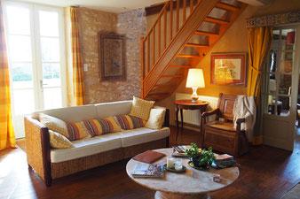 Das Wohnzimmer und Zugang zum ersten Stock