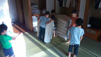 6時前に起こされて布団をたたむことから朝は始まります。