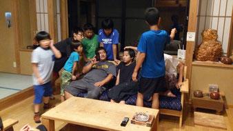 なんだか知りませんが、長澤先生の周りには子どもが集まります。彼の強みでしょうね。
