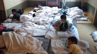 男子部屋Aの様子。これはかなりキレイな寝起きです。今年はもう少し広く使えるでしょう。