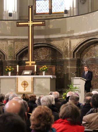 Zionskirche mit Altar und Kreuz, Wolfgang Huber bei seinem Vortrag am 9. April 2015 zum Gedenken an Dietrich Bonhoeffer. Foto: Helga Karl