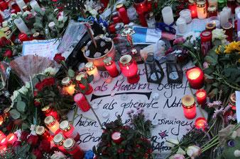 Blumen und viele Lichter gegen IS-Terror und für die Opfer. Foto: Helga Karl Nov 2015