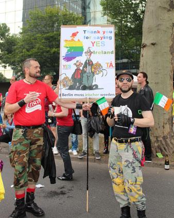 Zwei Männer mit Plakat: Thank You for saying YES, Ireland. Berlin muss irischer werden. Parade CSD Berlin 2015. Foto: Helga Karl