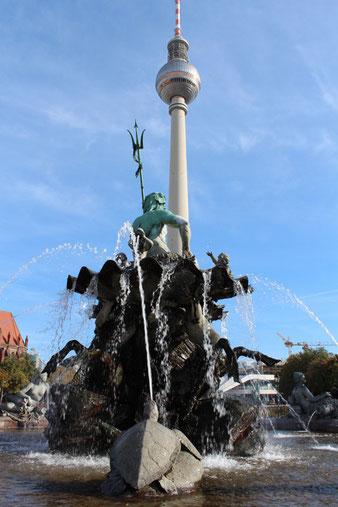 Neptunbrunnen und Fernsehturm am Alexanderplatz in Berlin-Mitte. Foto: Helga Karl