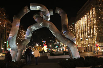 """Weihnachtliche Beleuchtung; Skulptur """"Baumstämme"""", KaDeWe und Tauentzienstrasse Berlin. Foto: Helga Karl"""