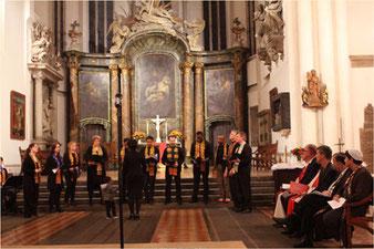 Chor vor dem Altar der St. Marienkriche Berlin und sitzend religiöse Vertreter von Christen, Juden Muslime und der SPD-LV Stöß. Andacht zum Stadtjubiläum. Foto: Helga Karl
