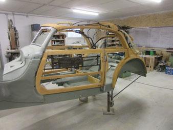 Das Holzgestell eines BMW 335 Cabriolet.