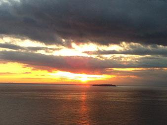 日の出と初島