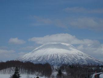 同じく帰路の道路から見た羊蹄山このような晴天の日に登りたいものだ。