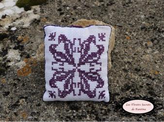 coussin de lavande brodé au point de croix, recto verso, motif d'inspiration médiévale violet