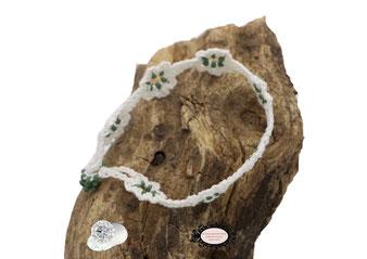 Bracelet au crochet de la collection Adronie, un joli bijou textile mélange de coton Oeko-Tex blanc et Rocailles vert foncé le motif de la mûre de la  dentelle Oya , se répéte telle une rivière de pierres précieuses déposée sur le poignet