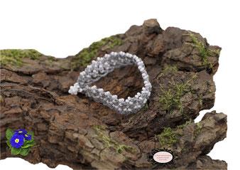 Bracelet au crochet avec perles collection Aerin, simple rang. Un bijou textile réalisé dans un coton Oeko-Tex gris et perles blanches. Un bijou hypoallergénique, il se ferme par une boule de perles glissée dans un maillon crocheté et perlé