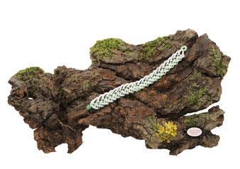 Bracelet au crochet avec perles collection Aerin, simple rang. Un bijou textile réalisé dans un coton Oeko-Tex blanc et perles vert transparent. Un bijou hypoallergénique, il se ferme par une boule de perles glissée dans un maillon crocheté et perlé
