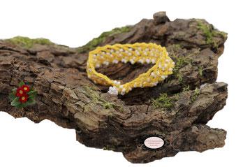 bracelet au crochet avec perles de la collection Aerin, simple rang, coton jaune et rocailles de bohème blanches. Hypollargénique, il se ferme par une boule de perles glissée dans un maillon perlé