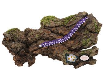 Bracelet au crochet avec perles collection Aerin, simple rang. Un bijou textile réalisé dans un coton Oeko-Tex violet et perles blanches. Un bijou hypoallergénique, il se ferme par une boule de perles glissée dans un maillon crocheté et perlé