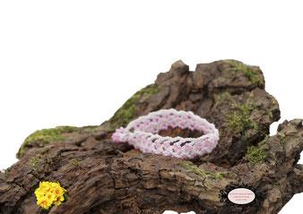 Bracelet au crochet avec perles collection Aerin, simple rang. Un bijou textile réalisé dans un coton Oeko-Tex blanc et perles rose nacré. Un bijou hypoallergénique, il se ferme par une boule de perles glissée dans un maillon crocheté et perlé