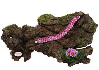 Bacelet au crochet avec perles de la collection Aerin, simple rang, coton Fuchsia et rocailles de bohème blanches. Hypollargénique, il se ferme par une boule de perles glissée dans un maillon perlé.