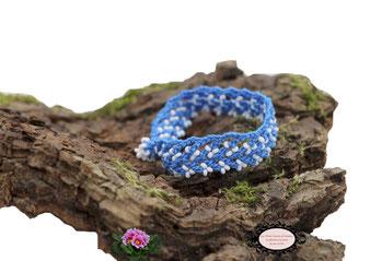 bracelet au crochet avec perles de la collection Aerin, simple rang, coton bleu turquoise et rocailles de bohème blanches. Hypollargénique, il se ferme par une boule de perles glissée dans un maillon perlé