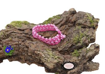 bracelet au crochet avec perles de la collection Aerin, simple rang, coton Fuchsia et rocailles de bohème blanches. Hypollargénique, il se ferme par une boule de perles glissée dans un maillon perlé