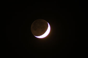 Mondsichel mit Erdlicht