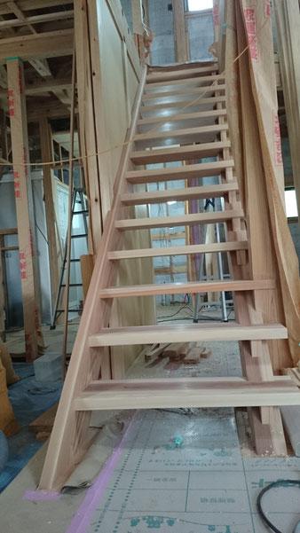 大工の腕の見せ所・・・「木」の中で暮らす・ストリップ階段