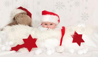 Baby im künstlichen Schnee bei einem Homeshooting Babyfotografie