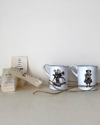 パリで作られた芸術作品のようなマグカップ。白い釉薬が透けて感じられます。古い図鑑に出てくるようなタッチの女のコのイラストレーションも魅力的です。食器 コレクション 飾る ディスプレイ CARRON Astier de Vilatte アスティエ・ド・ヴィラット キャロン 大きめ 軽い シンプル 高級 繊細 ゴシック おしゃれ かわいい 人気 おすすめ デザイン ブランド プレゼント 通販