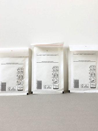 内側にリサイクルPEの緩衝材(いわゆるプチプチ)が貼られている封筒です。壊れやすい大事な小物を送るのに役立ちます。または、ちょっと変わったエンベロープとして手紙を送るのも良さそうです。クッション封筒 梱包 郵送 宅配便 壊れ物 保護 郵便局 オリジナル A5 長方形 再生紙 白 オランダ 珍しい シンプル おしゃれ かわいい 人気 おすすめ デザイン ブランド 画像 プレゼント ラッピング 通販