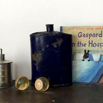 ヴィンテージのスキットルです。ジェリービーンズのような形。表面はコバルトブルーのエナメルで、所々剥げて錆が出ています。ビンテージ ヴィンテージ アンティーク レトロ 古道具 スキットル 缶 入れ物 フラスコ 花瓶 花器 フラワーベース コレクション 飾り 鉄 アイアン インド センス 古い ジャンク シャビー インテリア おしゃれ 可愛い 人気 おすすめ デザイン ブランド 通販