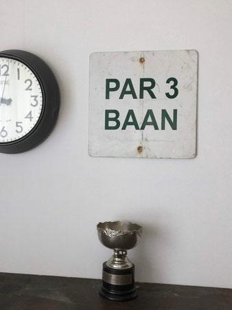 オランダで見つけた古い看板です。オランダのゴルフコースで「パー3」を表示するサインです。サインプレート ホーロー看板 コレクション 趣味 ディスプレイ 装飾 長方形 厚み 鉄 アイアン 白地 黒い文字 ヴィンテージ アンティーク 古い デッドストック おしゃれ かわいい 人気 おすすめ デザイン ブランド 画像 プレゼント ラッピング 通販