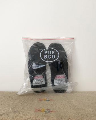 ダークグレイのフェルト素材のスリッパ です。ブランド名と製造品番の英数字が並んだインダストリアルな雰囲気のラベルが、デザインのポイントになっています。つま先からかかとまでは29cm。裏側には滑り止めの小さな粒が付いています。スリッパ  室内ばき 室内履き 家 部屋 冬 温かい プエブコ PUEBCO フェルト グレー グレイ 黒 男性 インテリア おしゃれ おすすめ デザイン ブランド プレゼント