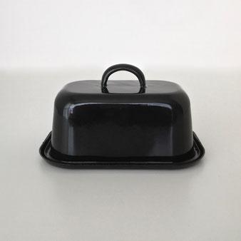 ホーロー製のバターケースです。バターを乗せるお皿には凹凸があり、バターがずれにくくなっています。ベルギーのインテリアショップのオリジナリアイテムです。バターディッシュ バター入れ バターを入れる ZANGRA ザングラ 海外 輸入 外国 琺瑯 エナメル 黒 トレー トレイ 被せる ふた 白 ヴィンテージ クラシック レトロ シンプル おしゃれ 珍しい インテリア デザイン ブランド プレゼント