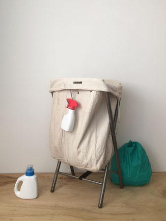 ユーズドの郵便局のメールバッグと、机の脚を再利用したランドリーハンパー。袋 生成り コットン生地 スチール製 パイプ ベルト 隙間 収納 黒いワックスや文字の書き込み。ランドリーバスケット 洗濯かご 洗濯物入れ ランドリーワゴン 脱衣カゴ 収納 PUEBCO プエブコ 折りたたみ 大容量 スタンド フレーム  ヴィンテージ おしゃれ かわいい 人気 おすすめ デザイン ブランド プレゼント 通販