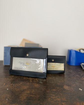 通帳ケースや書類の収納に便利なクリアケース。銀行やコンビニの支払書にも便利。ポリ塩化ビニル製。2つに仕切られたカードサイズのポケットがあります。表は透明で、「nähe(ネーエ)」のロゴがあります。レトロ デザイン ブリーフケース ポーチ 集金 整理 ペンコ Penco ハイタイド 外国製 海外 輸入品 シンプル ヴィンテージ センス 大人 インテリア おしゃれ 可愛い 人気 おすすめ ブランド