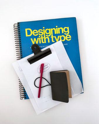 革のようなPUレザーのカード入れ。アコーディオンファイルと呼ばれます。シックで上品なスタイル。ガバッと開くのでカードが簡単に分類できます。このドキュメントファイルは使い勝手が良いです。使い方:名刺の整理。ショップカードのコレクション。ポイントカードの収納。ポケットファイル シンプル デザイン ハイタイド 家計簿 ヴィンテージ センス 大人 おしゃれ 可愛い 人気 おすすめ 通販