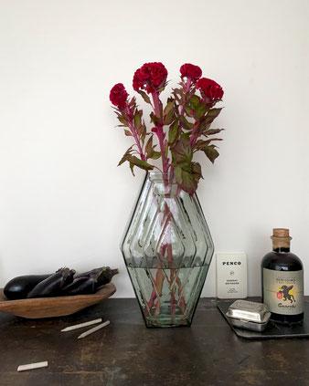 アールデコを感じさせる幾何学模様が表面にデザインされた花瓶。オランダ インテリア ショップBRÛT(ブリュット)の新しいフラワーベースです。アムステルダムスクール 花器 ディスプレイ 飾る 生ける 玄関 床の間 リビング ダイヤ型 クラシック ヴィンテージ レトロ ガラス クリア 透明 インド ヨーロッパシンプル おしゃれ かわいい 人気 おすすめ デザイン ブランド プレゼント ラッピング 通販